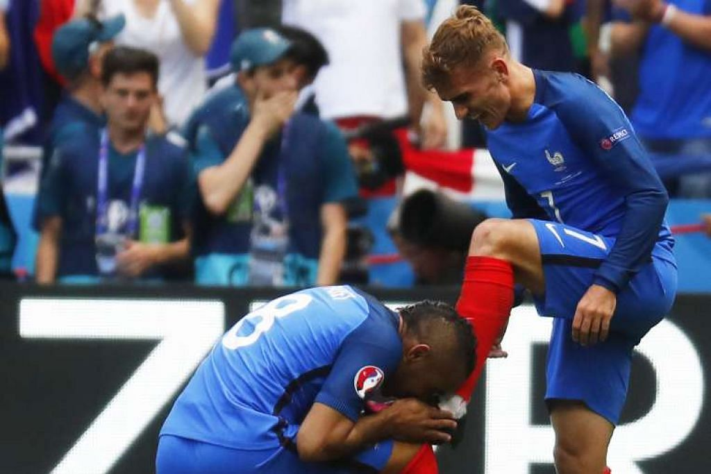 Pemain Perancis Dimitri Payet mencium but rakan sepasukannya Antoine Griezmann selepas gol kedua penyerang itu melengkapkan kemenangan 2-1 pasukannya ke atas Ireland, setelah ketinggalan 0-1.