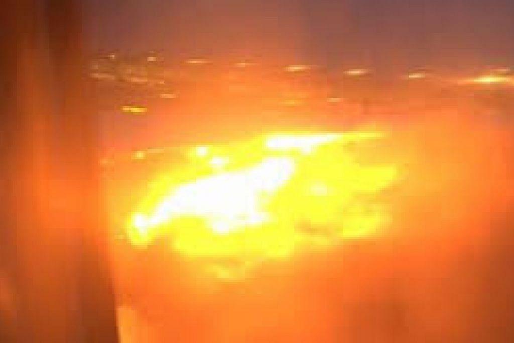 Sayap kanan pesawat penerbangan SQ368 terbakar. Facebook/premiummall.sg