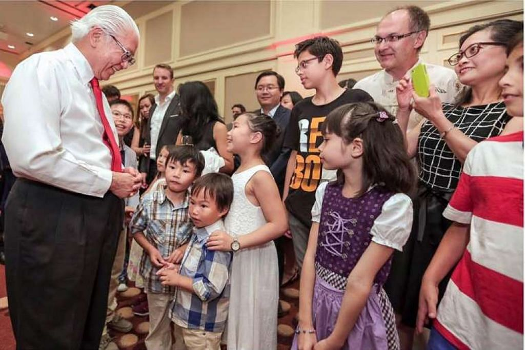 Presiden Tony Tan bertemu warga Singapura yang tinggal di Jerman pada 24 Jun, semasa lawatan kerja enam hari ke Lindau, Jerman.