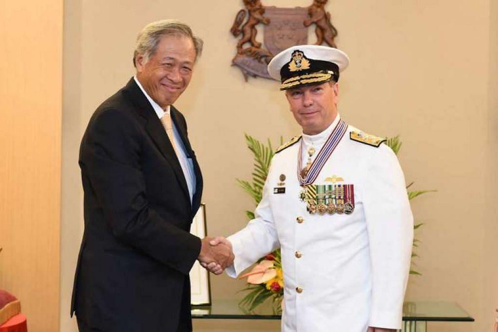 Menteri Pertahanan Ng Eng Hen bersama Panglima Tentera Laut Diraja Australia, Laksamana Muda Timothy Barrett, selepas majlis penyampaian anugerah.