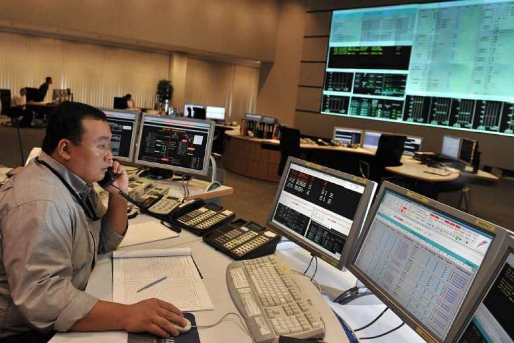 Seorang pengurus di Pusat Kawalan Sistem Tenaga, yang menyelia keseluruhan penjanaan dan penghantaran elektrik di seluruh Singapura.