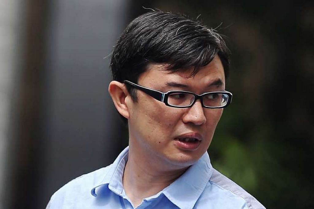 Adrian Goh Guan Kiong, yang sudah beristeri dan mempunyai tiga anak, mengekori temanitanya dengan melakukan pebuatan yang mengganggunya.