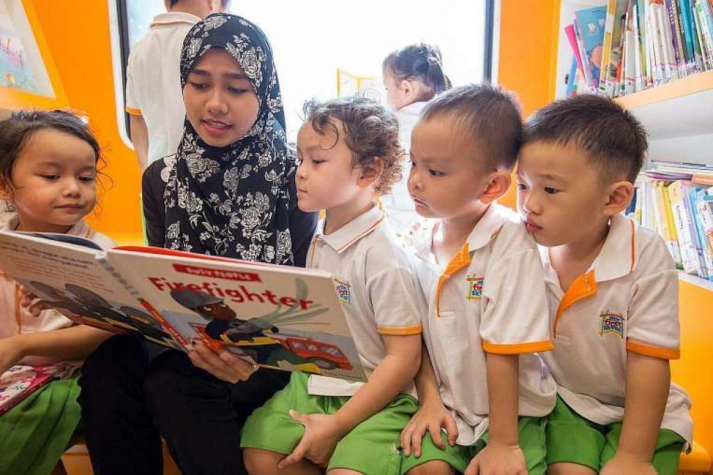 Kanak-kanak menikmati sebuah buku di dalam perpustakaan mini NLB.