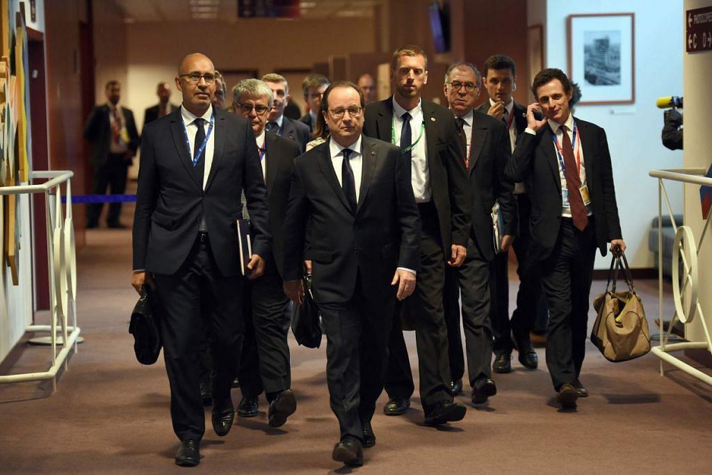 Presiden Perancis, Encik Francois Hollande (tengah), dan Menteri Negara bagi Ehwal Eropah, Encik Harlem Desir (kiri), tiba bagi satu sidang media semasa sidang puncak Kesatuan Eropah pada 29 Jun 2016 di ibu pejabat EU di Brussels.