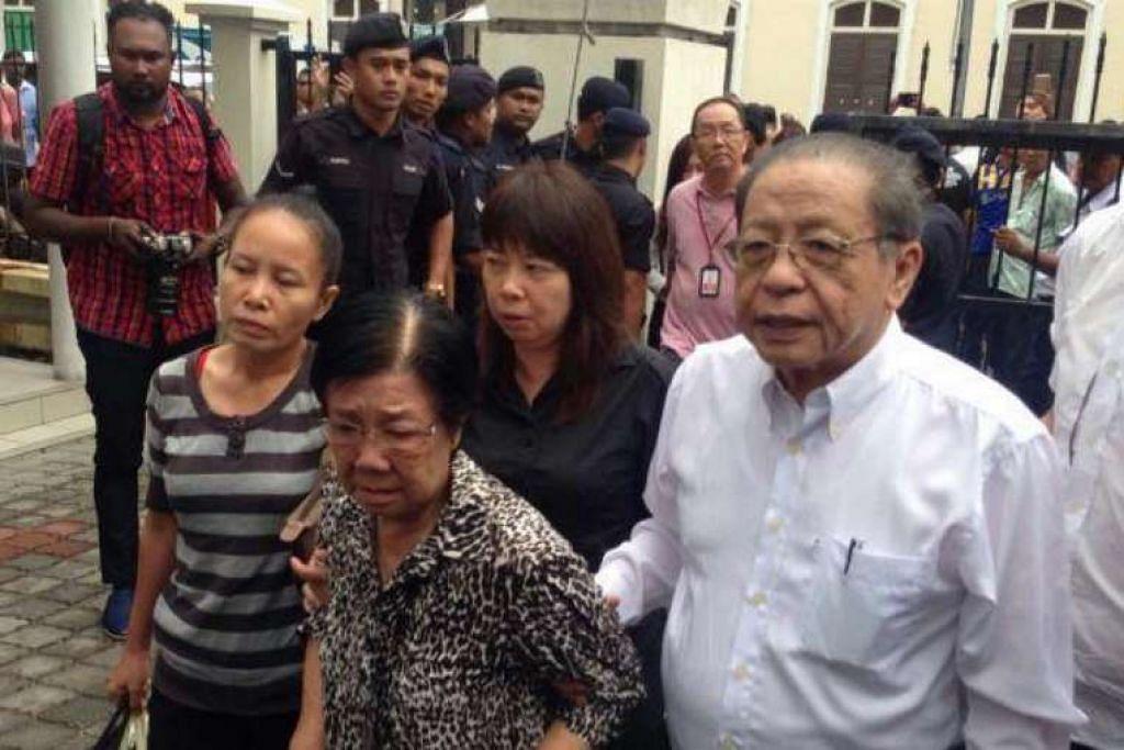 Encik Lim Kit Siang dan isteri tiba di courthouse.