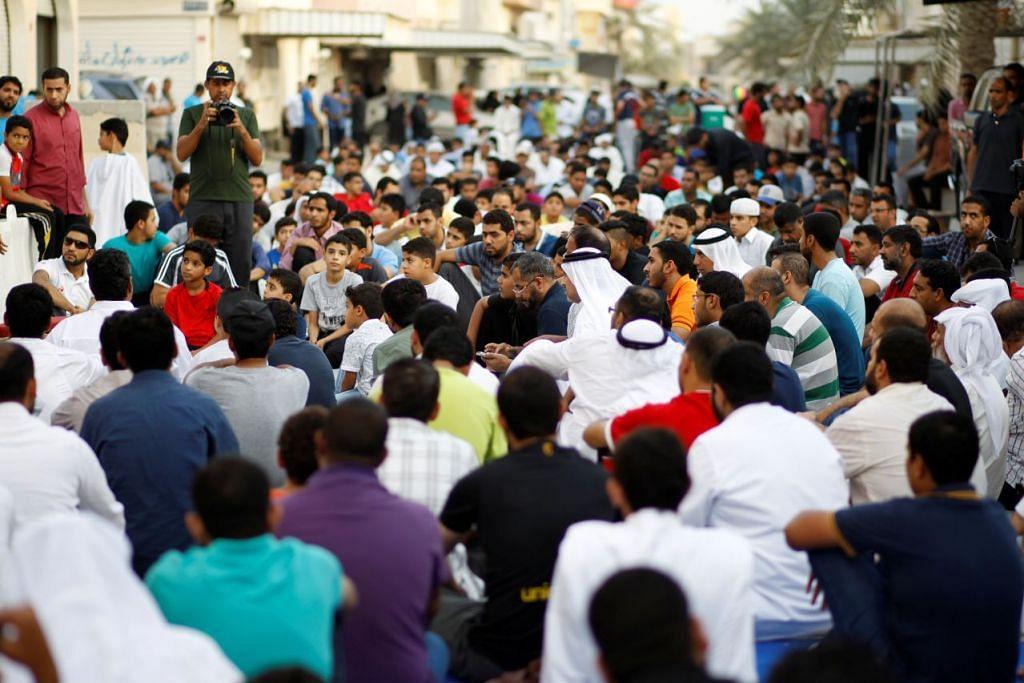 Penyokong menyertai mogok duduk di luar rumah ulama terkemuka Syiah di Bahrain, Isa Qassim, di perkampungan Diraz, barat Manama, pada 21 Jun 2016. Bahrain telah melucutkan kewarganegaraan beliau.