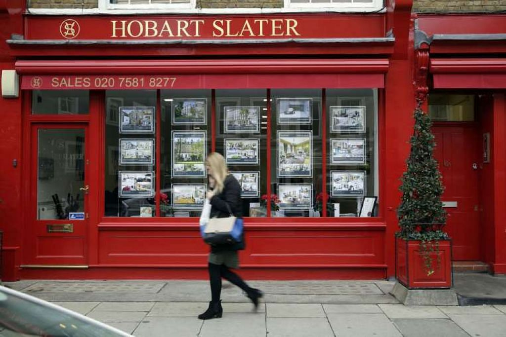 Risalah hartanah kediaman dipapar di pejabat ejen hartanah di kawasan Knightsbridge di London pada  2014. Tidak seperti ketika itu, apabila harga rumah di bandar itu semakin naik, penganalisis meramalkan keadaan akan sebaliknya sekarang, dek harga hartanah terjejas oleh Brexit.
