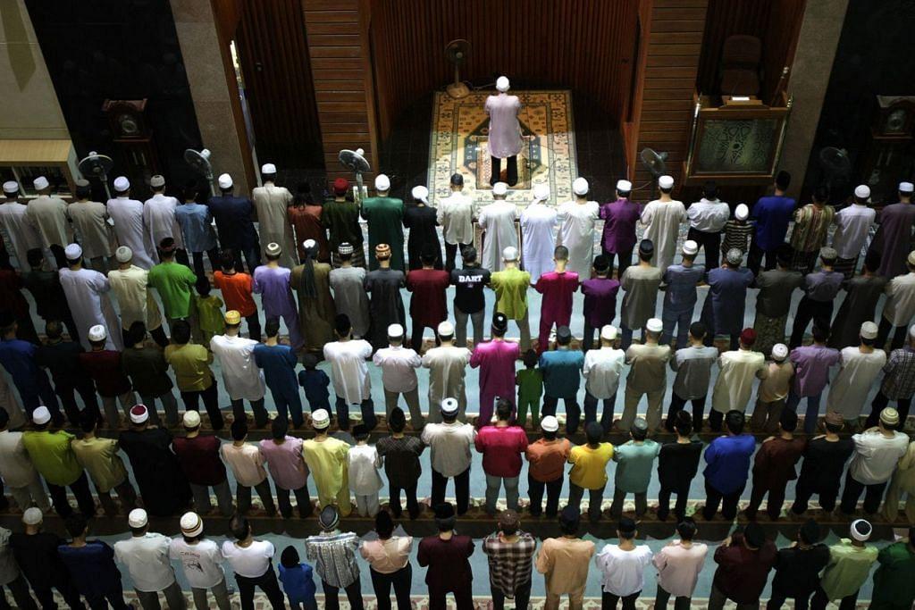 """MEREBUT PELUANG LAILATULQADAR: Umat Islam mengerjakan solat tarawih di bulan Ramadan. Malam lailatulqadar adalah antara nikmat Allah swt yang teristimewa hanya boleh didapati di dalam bulan Ramadan. Antara petunjuk yang paling masyhur adalah sabda Nabi saw: """"Carilah lailatulqadar pada malam ganjil sepuluh yang terakhir."""" – Foto fail"""