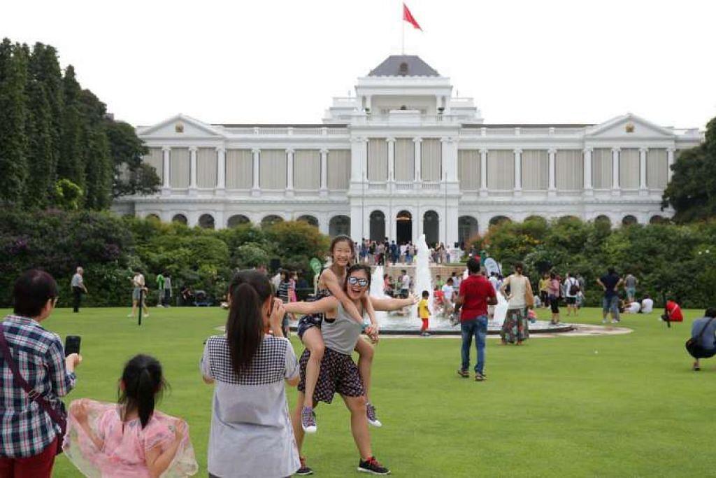 Pengunjung berseronok di pekarangan Istana semasa ia dibuka pada Hari Pekerja tahun lalu.