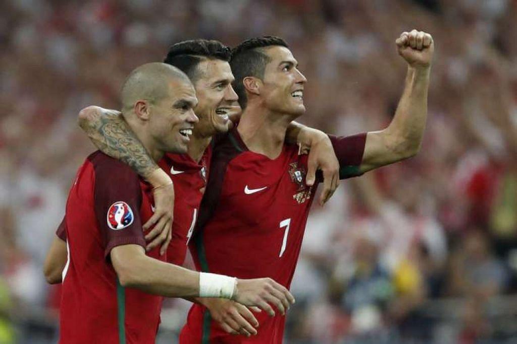 (Dari kiri) Pepe, Jose Fonte dan Cristiano Ronaldo merai kemenangan Portugal.