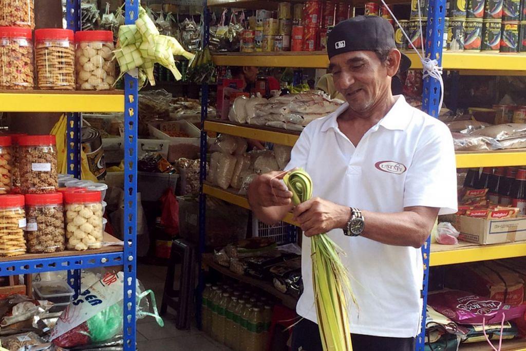 """""""Walaupun harga dinaikkan oleh pembekal, gerai kami cuba menetapkan harga yang berpatutan bagi barangan."""" – Pemilik gerai Ummi Farah, Encik Shahul Hamid Sultan, 65 tahun."""