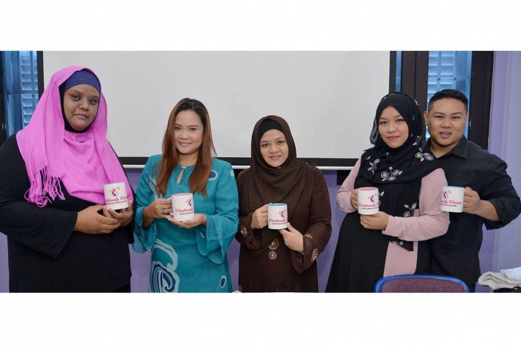 MEMPERKASA IBU TUNGGAL: Pengasas Wondrously Woman GEM, Cik Anggun Aidahwati Akram (dua dari kanan), dibantu suami, Encik Mohamad Ridzuan Abidin (kanan), rakannya Cik Linda Maarof (dua dari kiri) dan dua ibu memerlukan, Cik Norsiah Samat (kiri) serta Cik Juriana Suhoot ingin memupuk kesedaran ramai mengenai usaha menggalak ibu tunggal berdikari dalam program keusahawanan dan yakin diri. Cawan dalam genggaman diberikan kepada penderma. - Foto IMAN ALIF