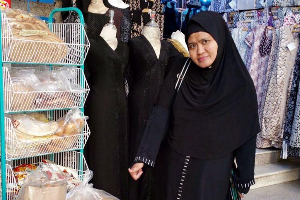 SEMPAT BELI OLEH-OLEH: Menurut Cik Rozanah Kasnan, keistimewaan umrah Ramadan bukan sahaja terasa di Makkah dan Madinah bahkan di pesawat dengan ramai orang berebut-rebut berkongsi juadah semasa sahur dan iftar. – Foto ihsan ROZANAH KASNAN