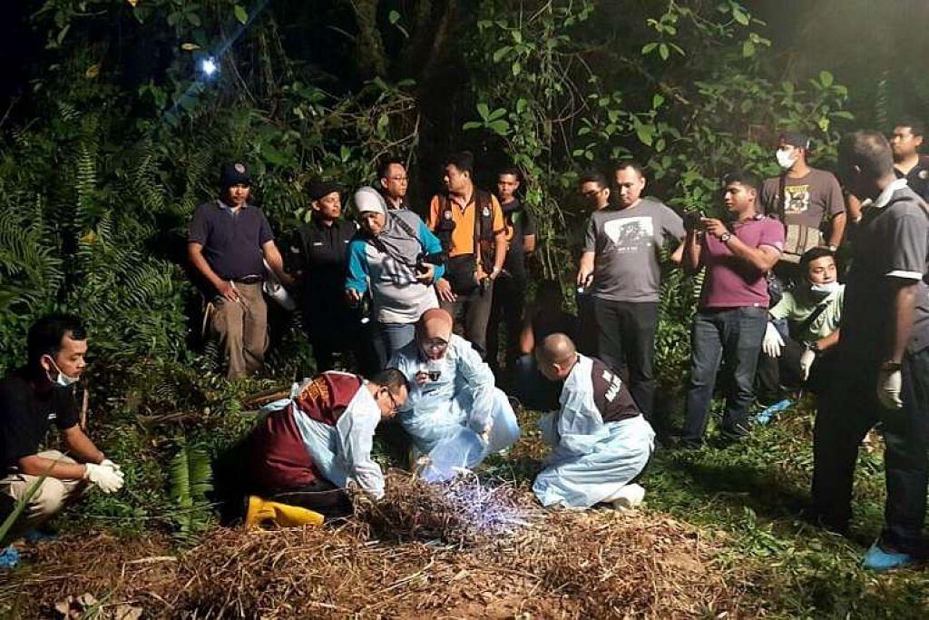 Penyiasat polis memeriksa kawasan dalam hutan terpencil berhampiran lebuh raya Link Kedua  arah utara tempat mayat reput mangsa ditemui PHOTO: SIN CHEW BERITA HARIAN