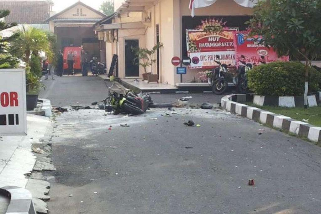 Seorang pengebom bermotosikal cuba merempuh ke dalam ibu pejabat polis Surakarta, juga dikenali sebagai Solo, tetapi dipintas seorang pegawai.  Semasa dikejar polis, dia meletupkan dirinya.