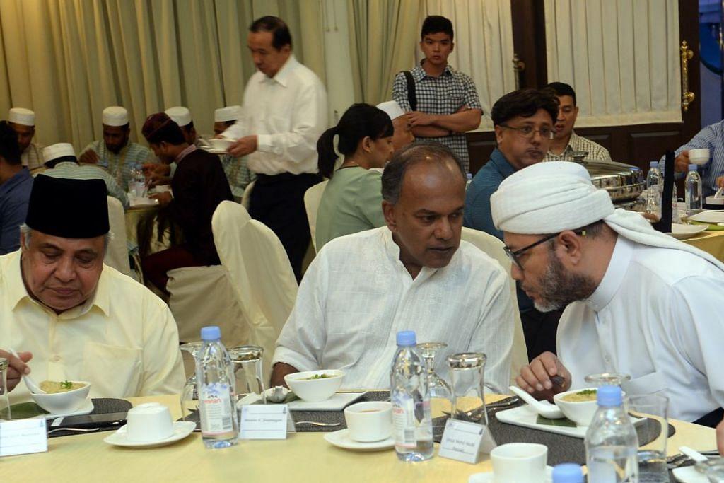 Encik Shanmugam bersama Ustaz Ali Mohamed (kiri) dan Ustaz Mohd Hasbi Hassan, pengerusi bersama Kumpulan Pemulihan Keagamaan (RRG), semasa majlis iftar RRG dan Masjid Khadijah baru-baru ini.