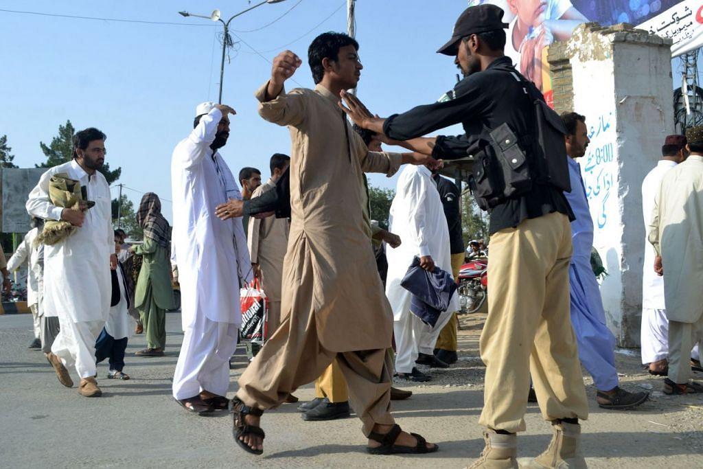 Polis Pakistan memeriksa seorang jemaah sebelum solat Aidilfitri di sebuah masjid di Quetta pada 6 Julai 2016.