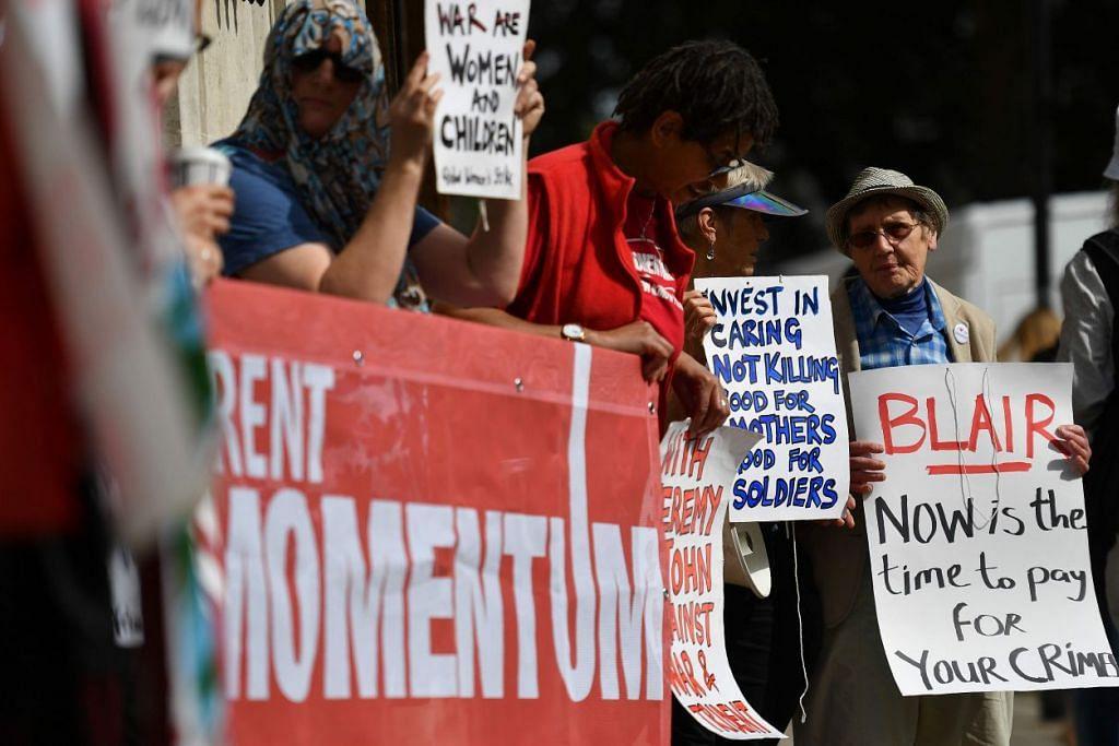 Penunjuk perasaan membantah di  London pada 6 Julai 2016, mendesak agar mantan perdana menteri Britain, Encik Tony Blair, menghadapi pengadilan kerana membawa negara itu berperang di Iraq.