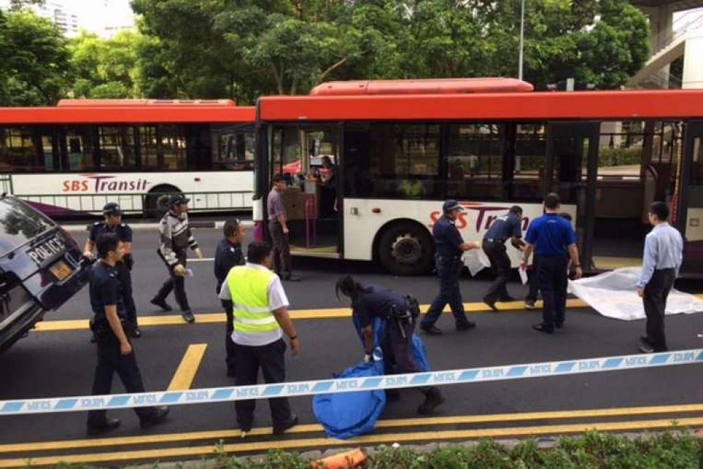 Pegawai polis di tempat kejadian di luar pertukaran bas Toa Payoh.