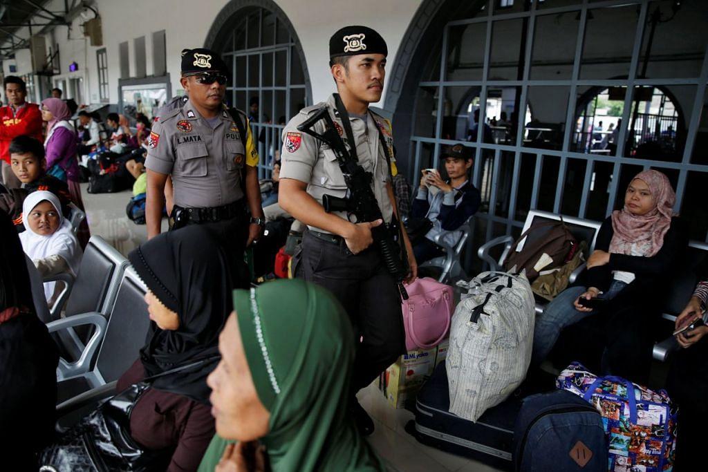 Anggota polis Indonesia membuat rondaan di Stesen Keretapi Senen di Jakarta sedang orang ramai menunggu kereta api untuk  pulang ke kampung halaman bagi menyambut Aidilfitri.