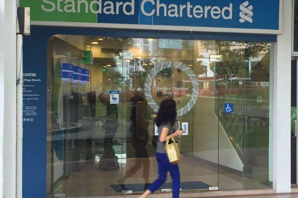 Tidak ada pengawal keselamatan di cawangan Standard Chartered Bank di Holland Village ini semasa ia dirompak pada Khamis (7 Jul), tetapi langkah-langkah keselamatan tambahan kelihatan telah diambil pada Jumaat. Apabila bank itu dibuka pada 10 pagi, terdapat seorang pengawal keselamatan Certis Cisco dekat pintu masuk.