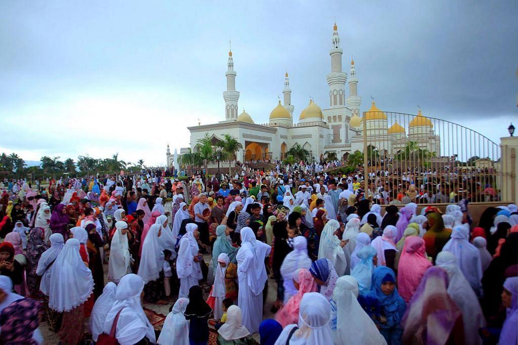 DI FILIPINA: Muslim mengadakan solat Aidilfitri di Masjid Agung Sultan Hassanal Bolkiah di wilayah Maguindanao, selatan Filipina, kelmarin. - Foto AFP