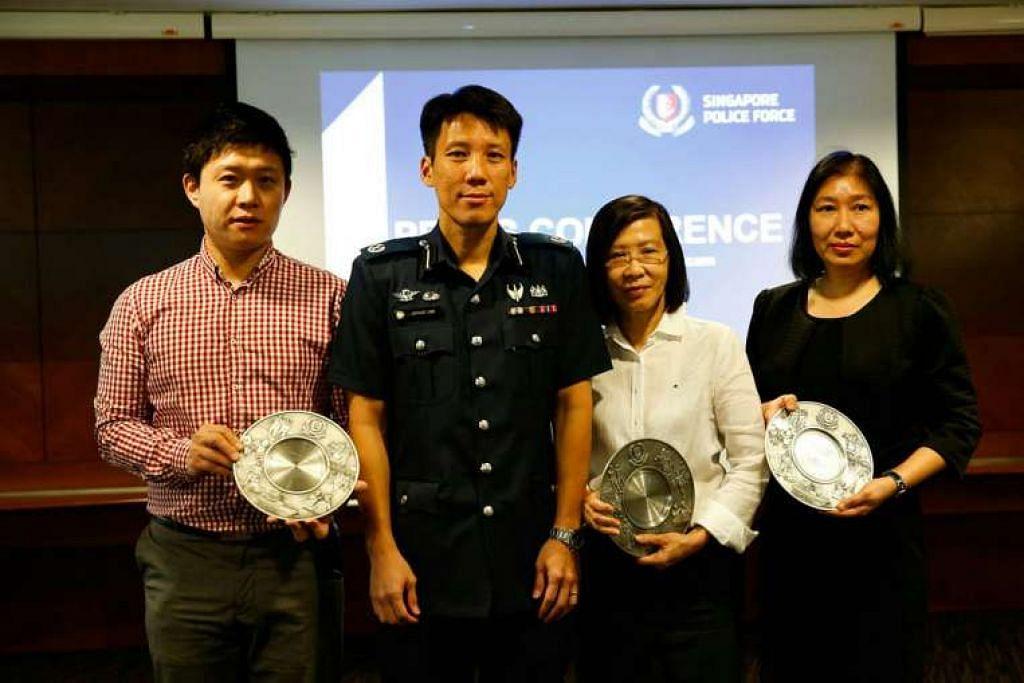 Timbalan Penolong Pesuruhjaya Polis Arthur Law bersama Encik Li, Cik Thng dan Cik Clara Ling, yang mengambilkan Anugerah Semangat Awam bagi pihak Cik Han.