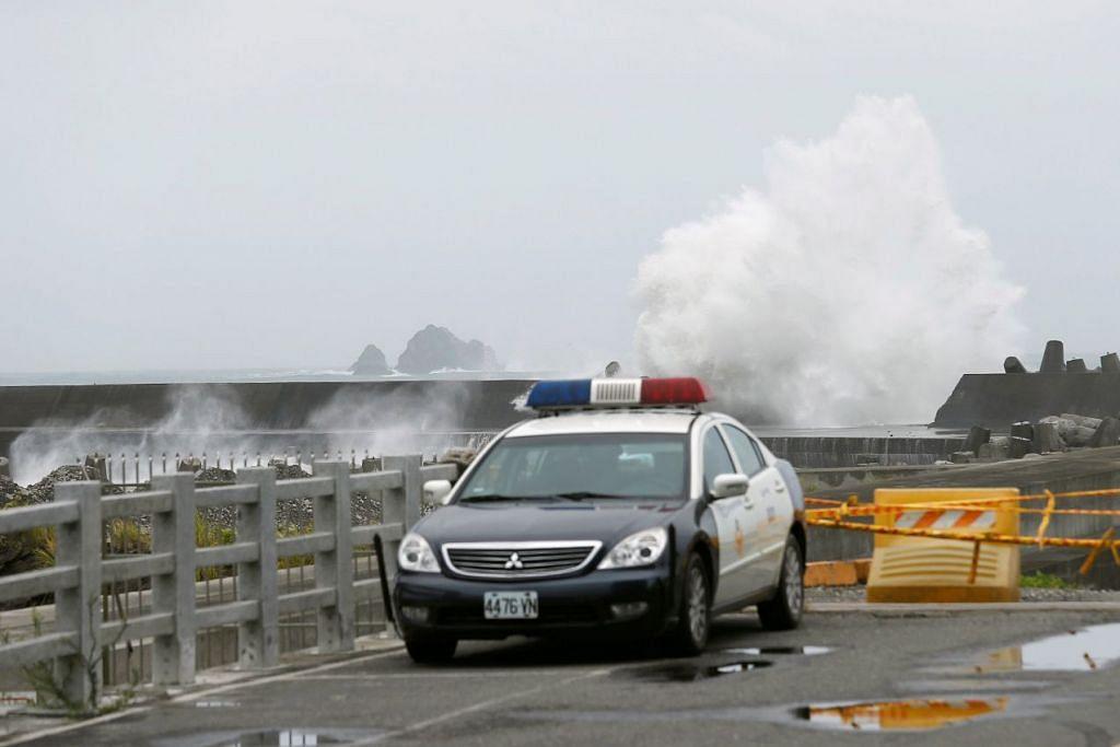 Ombak besar memukul pantai apabila taufan Nepartak menghampiri Yilan, Taiwan pada 7 Julai 2016.