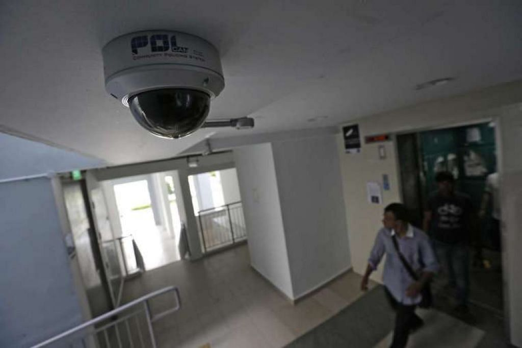 Kamera polis di sebuah lobi lif di sebuah blok HDB di Pasir Ris.