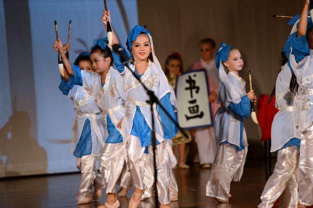 Kanak-kanak dari prasekolah EtonHouse dalam satu persembahan tarian.