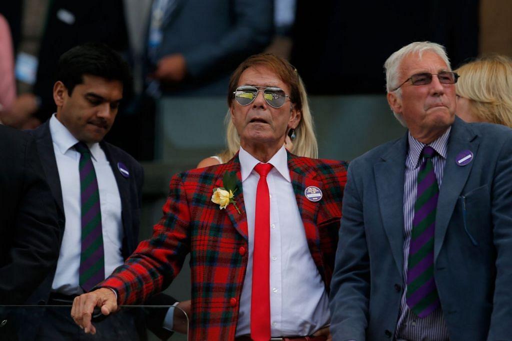 Penyanyi Cliff Richard (tengah) semasa menyaksikan perlawanan akhir tenis Wimbledon antara Andy Murray dan Milos Raonic pada Ahad (10 Julai) 2016.
