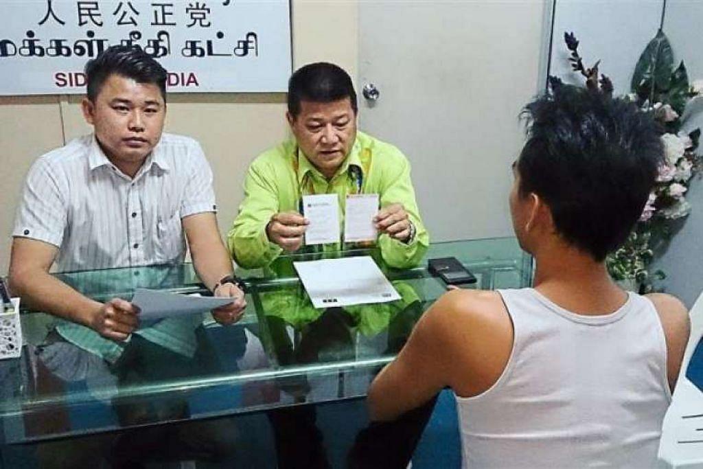Encik Choo (membelakangkan kamera) menjelaskan tindakannya hendak menjadi gigolo kepada Encik Sim Chon Siang (berkemeja hijau).