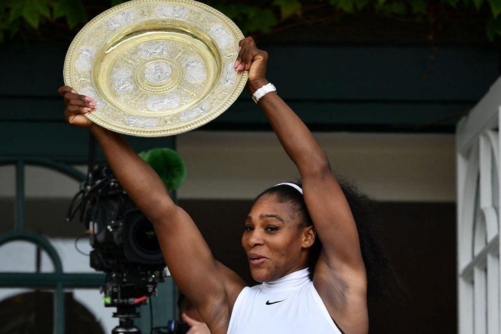 Serena Williams dengan Dulang Venus Rosewater, mahkota Wimbledon bagi wanita yang dimenanginya  selepas mengalahkan Angelique Kerber pada 9 Julai 2016.