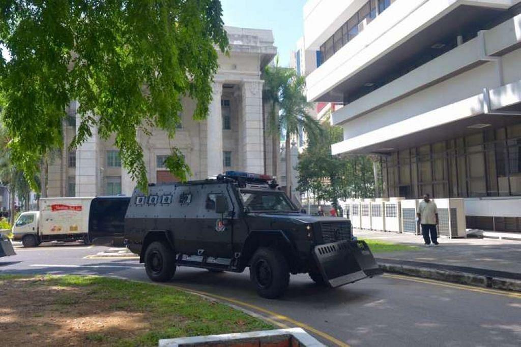 Yang pertama daripada tiga kenderaan berperisai yang membawa Rahman Mizanur,  Miah Rubel, Md Jabath Kysar Haje Norul Islam Sowdagar, dan Sohel Hawlader Ismail Hawlader ke Mahkamah Negara.