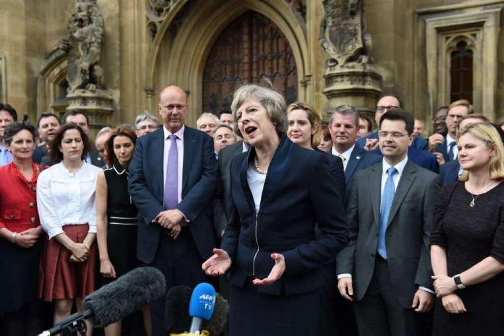 Perdana Menteri menanti Britain, Cik Theresa May, menyampaikan satu kenyataan di luar Parlimen di London pada 11 Julai. Beliau akan menjadi perdana menteri wanita kedua Britain mulai Rabu (13 Julai).