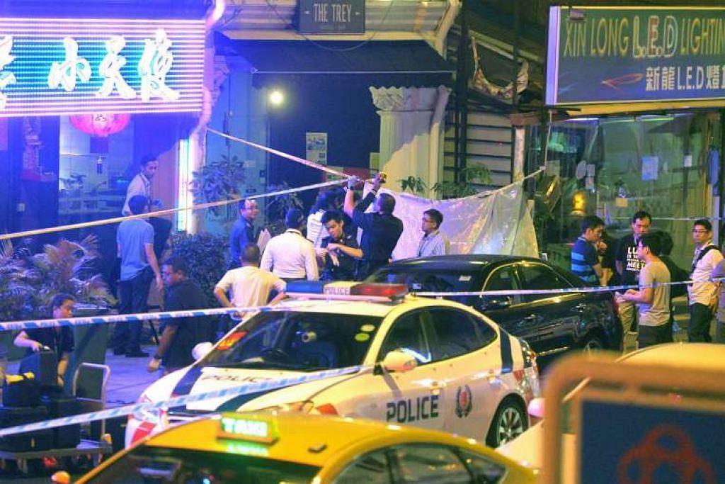 Pegawai polis di tempat seorang lelaki ditemui mati selepas dilihat ditikam berkali-kali di luar sebuah pub di Jalan Besar pada Isnin (11 Julai) malam.