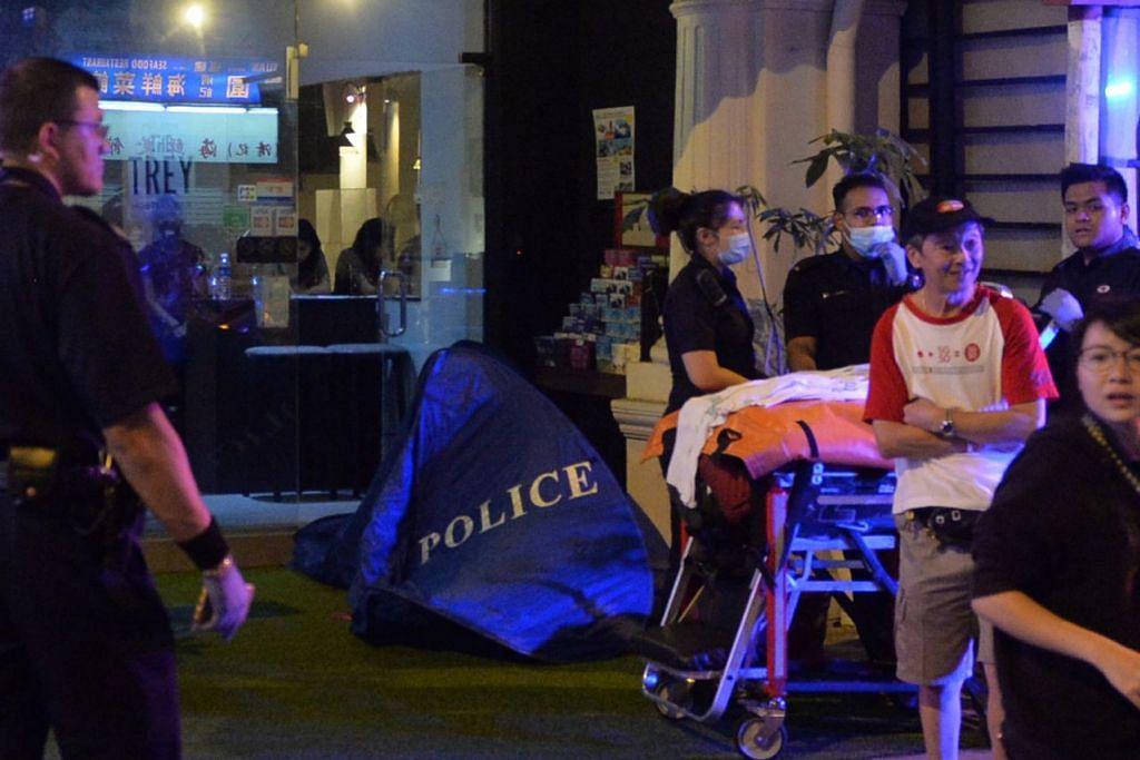 KES BUNUH: Mayat mangsa ditutup di luar sebuah pub di Jalan Besar kelmarin. – Foto TNP