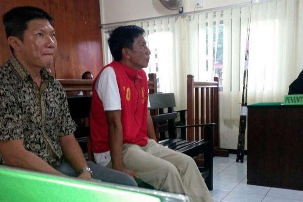 Kapten Choo Chiau Huat (kanan) duduk di sebelah seorang penterjemah bahasa Cina.
