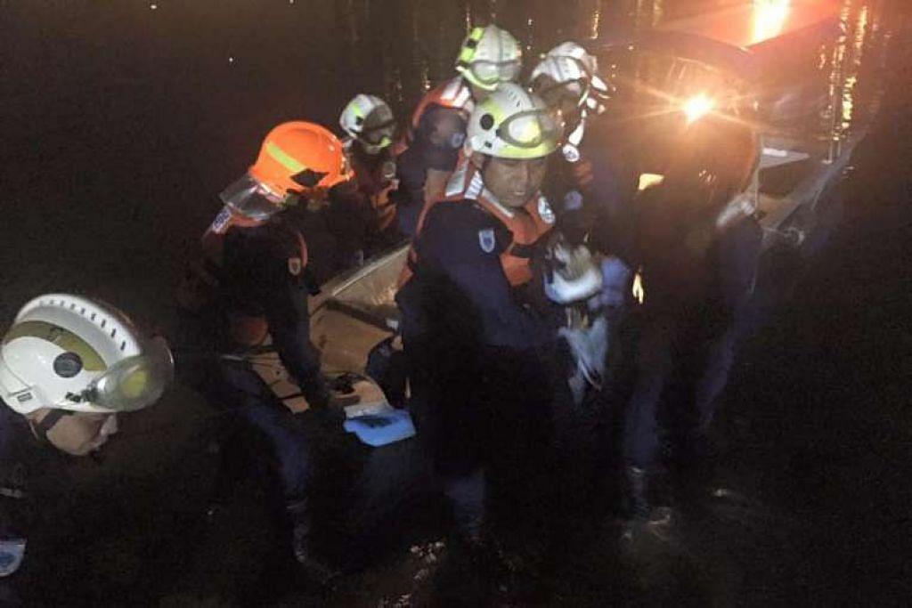 Pegawai SCDF berkata mereka menemui mayat pengemudi bot teksi sungai yang hilang pada Rabu malam (13 Julai  2016).