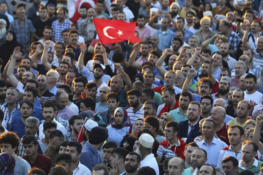 GEMBIRA PERUCUBAAN RAMPASAN KUASA GAGAL: Penyokong Presiden Turkey, Encik Tayyip Erdogan, bersorak di Lapangan Terbang Ataturk di Istabul, semalam, setelah satu percubaan rampasan kuasa terhadap pemerintah yang dipimpin beliau secara demokratik berjaya ditumpaskan. – Foto REUTERS