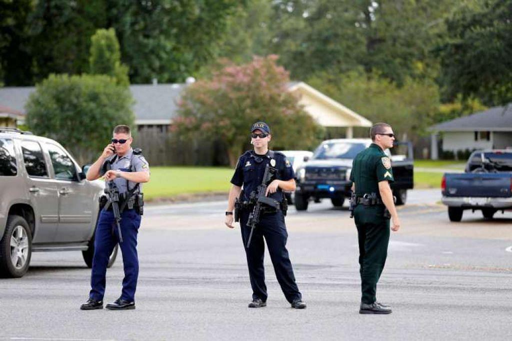 Pegawai polis menyekat jalan selepas beberapa pegawai ditembak. di Baton Rouge, Louisiana, pada 17 Julai 2016.