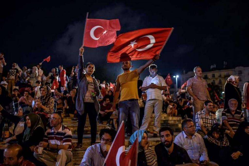 Penunjuk perasaan mengibarkan bendera Turkey  di Dataran Taksim di Istanbul pada 17 Julai semasa perhimpunan menyokong pemerintah berikutan percubaan rampasan kuasa yang gagal.