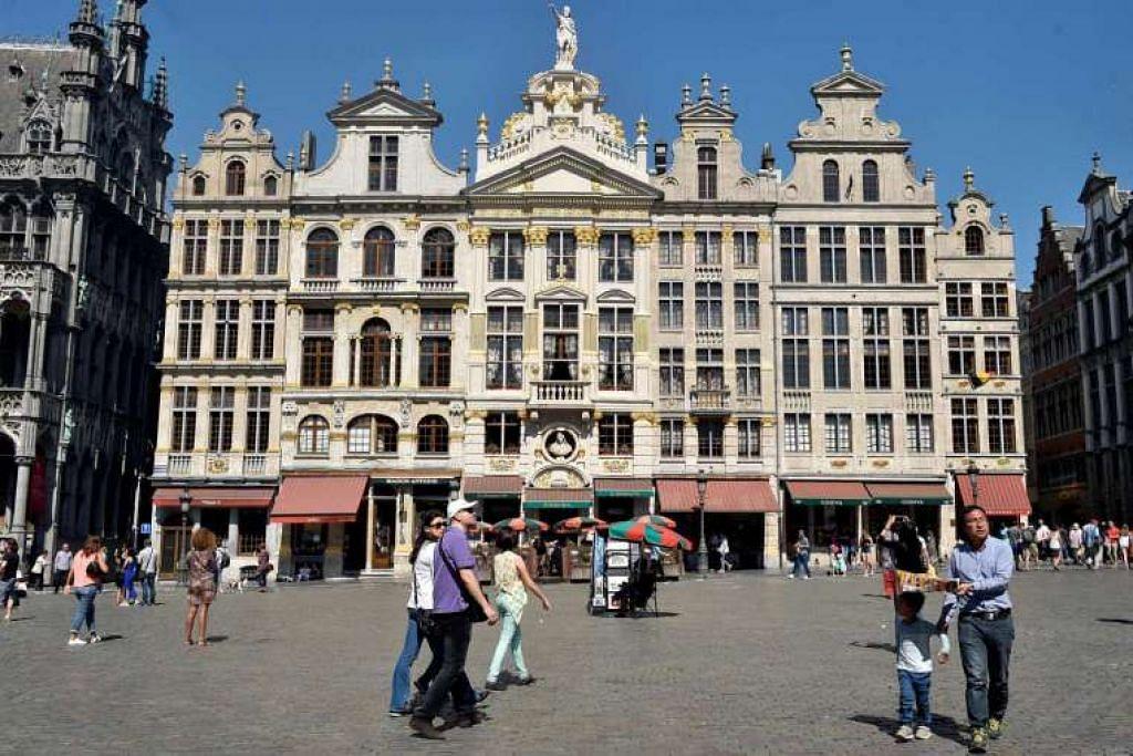 Pelancong bersiar-siar di Grand Place di Brussels, Belgium.