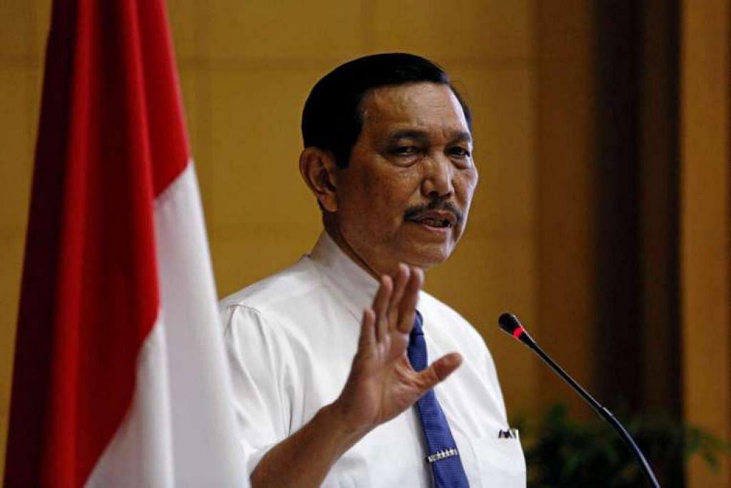 Ketua Menteri Keselamatan Indonesia, Encik Luhut Pandjaitan, semasa satu taklimat media di pejabatnya di Jakarta pada 20 Julai.