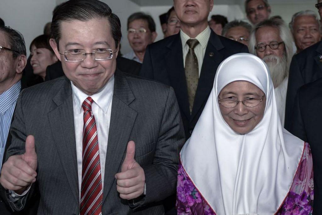 Setiausaha Agung DAP yang juga Ketua Menteri Pulau Pinang, Encik Lim Guan Eng, bersama presiden PKR, Datuk Seri Dr Wan Azizah, dalam gambar fail pada Julai 2015. Dua parti itu belum sepakat mengenai mengadakan pilihan raya di Pulau Pinang.