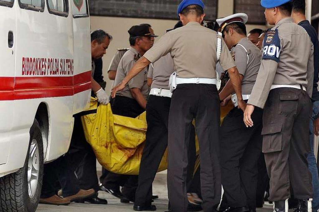Pegawai polis Indonesia membawa mayat dua anggota Mujahideen Indonesia Timur yang terbunuh dalam pertempuran dengan pihak berkuasa, di sebuah hospital polis di Palu, Sulawesi Tengah, pada Selasas (19 Jui).  Seorang daripada dua lelaki itu dikenal pasti sebagai pemimpin kumpulan itu, Santoso.