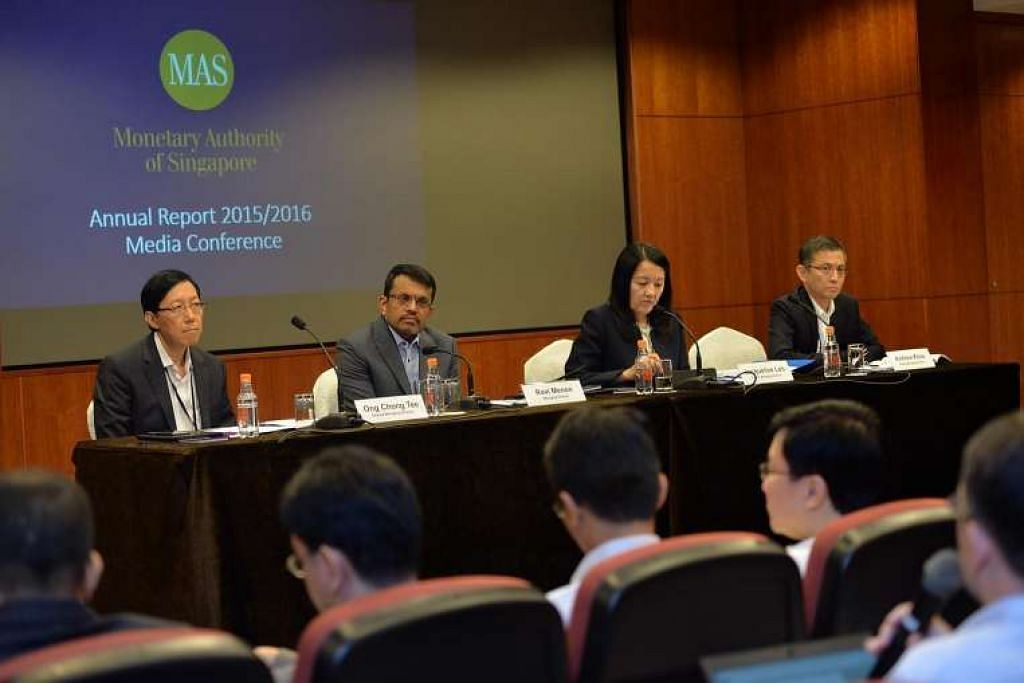 Sidangan media laporan tahunan MAS di Bangunan MAS pada 25 Julai 2016. Dari kiri: Encik Ong Chong Tee, timbalan pengarah urusan, Encik Ravi Menon, pengarah urusan, Cik Jacqueline Loh, timbalan pengarah urusan dan Encik Andrew Khoo, timbalan pengarah urusan.