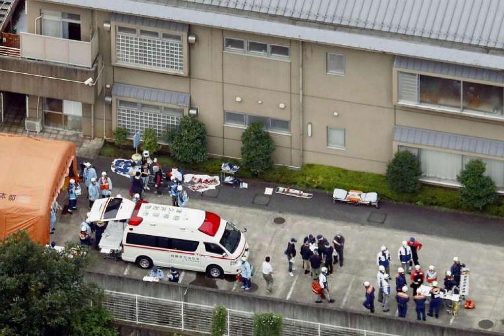 Pegawai polis dan pekerja penyelamat dilihat di kemudahan bagi golongan kurang upaya, tempat sekurang-kurangnya 19 orang terbunuh dan 20 cedera akibat serangan oleh seorang lelaki yang menggunakan  pisau. pisau-pengimpal, di Sagamihara, Jepun.  PRNewswire VIA REUTERS