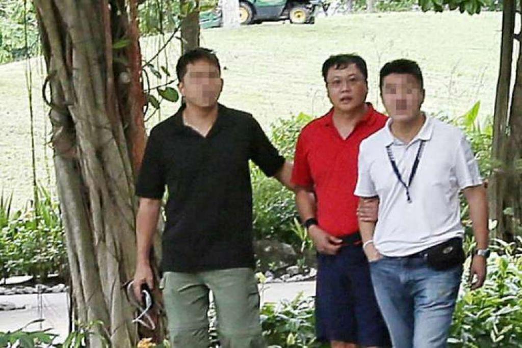 Suspek Leslie Khoo Kwee Hock (berkemeja-T merah) dibawa ke Gardens by the Bay, tempat dia dikatakan membunuh Cik Cui Yajie,