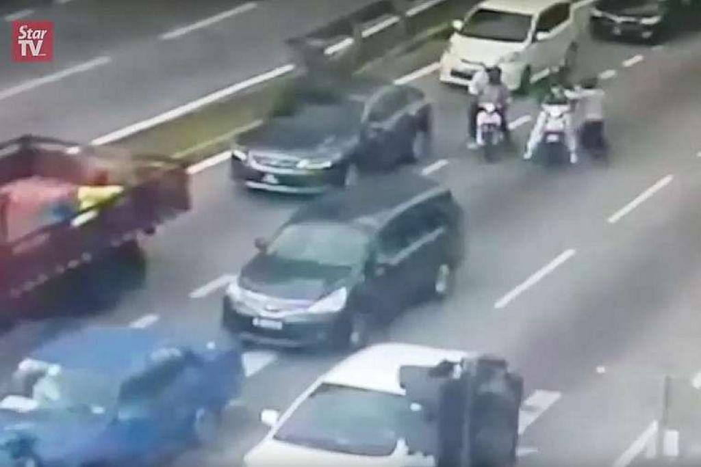 Gambar skrin daripada video menunjukkan empat lelaki yang menunggang dua motosikal menghampiri kereta mangsa yang berhenti di lampu isyarat berhampiran Pusat Beli-Belah Setapak Central di Kuala Lumpur. Dua daripada mereka melepaskan tembakan dan mereka melarikan diri tidak lama kemudian.